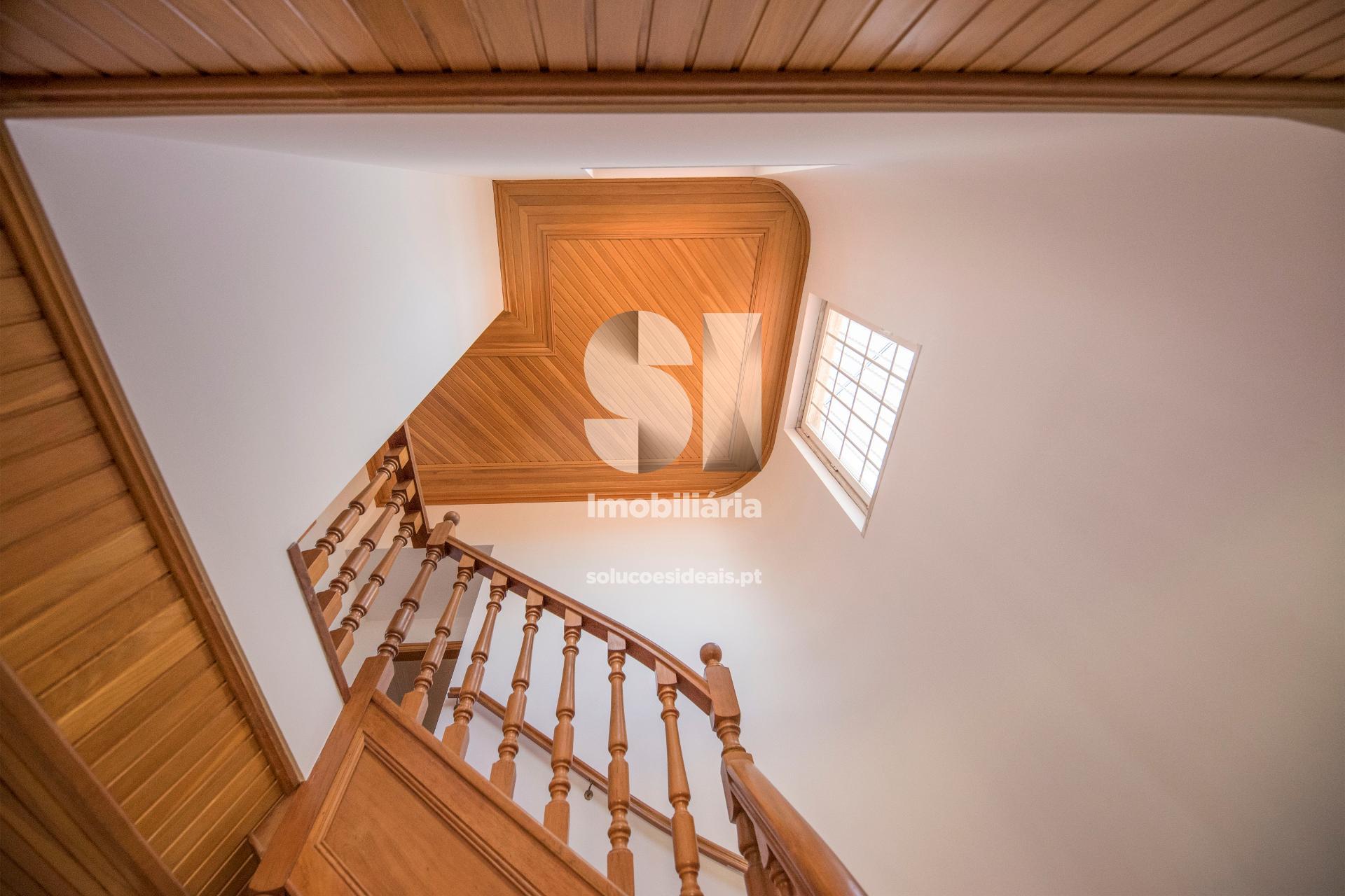 Escadas de acesso ao piso superior