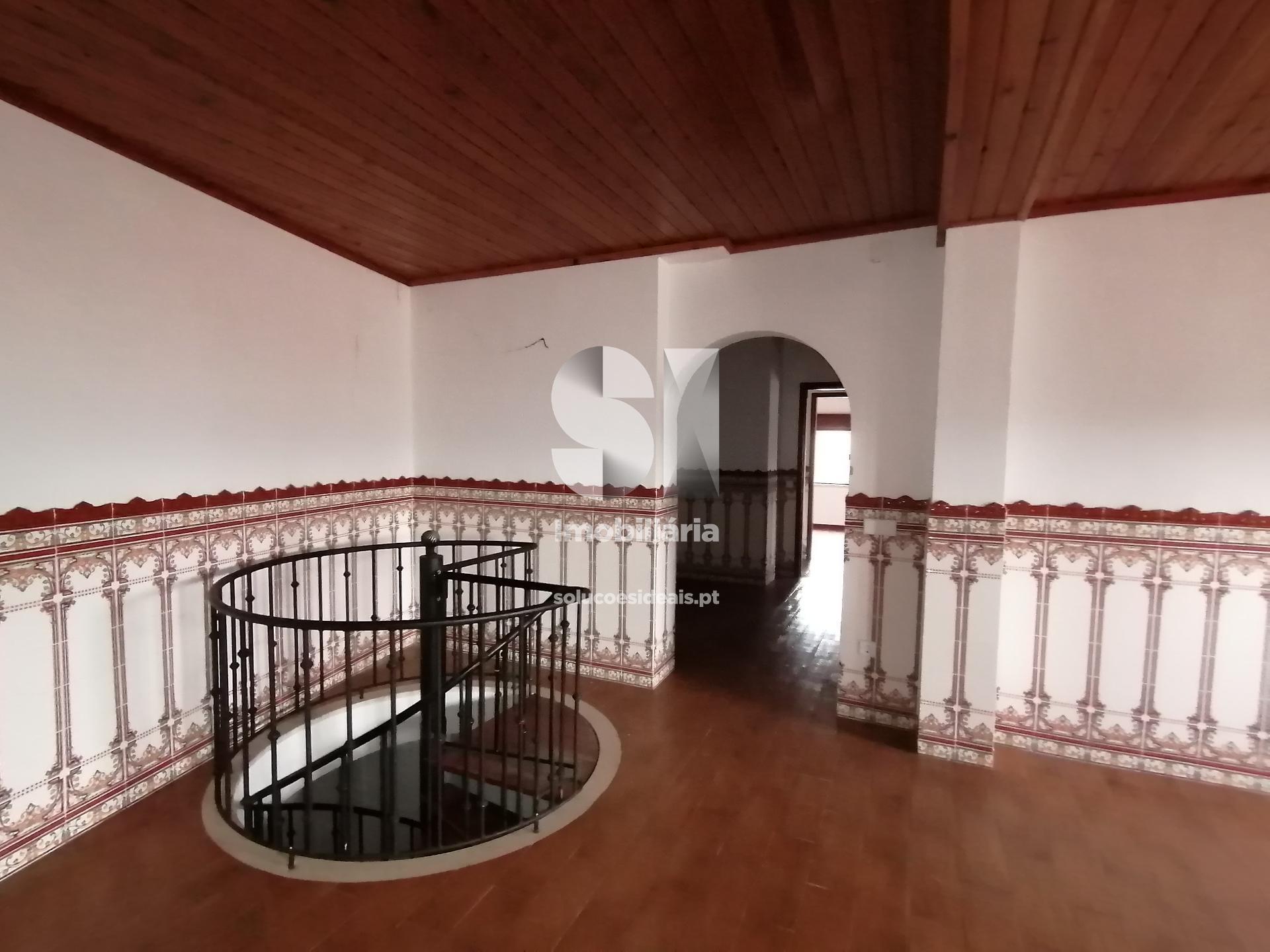 escada em caracol a partir da sala de estar