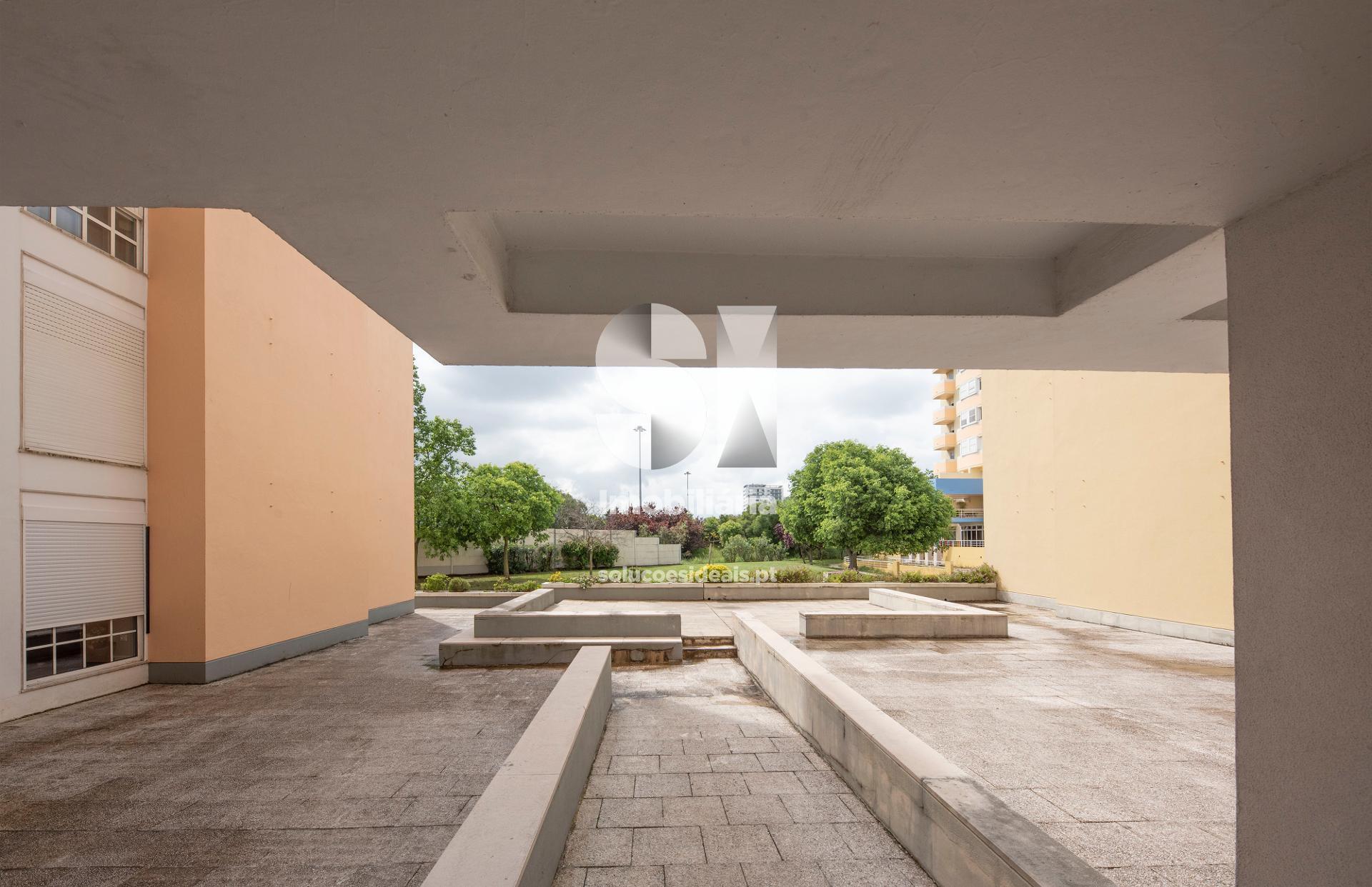 Vista exterior da entrada do prédio