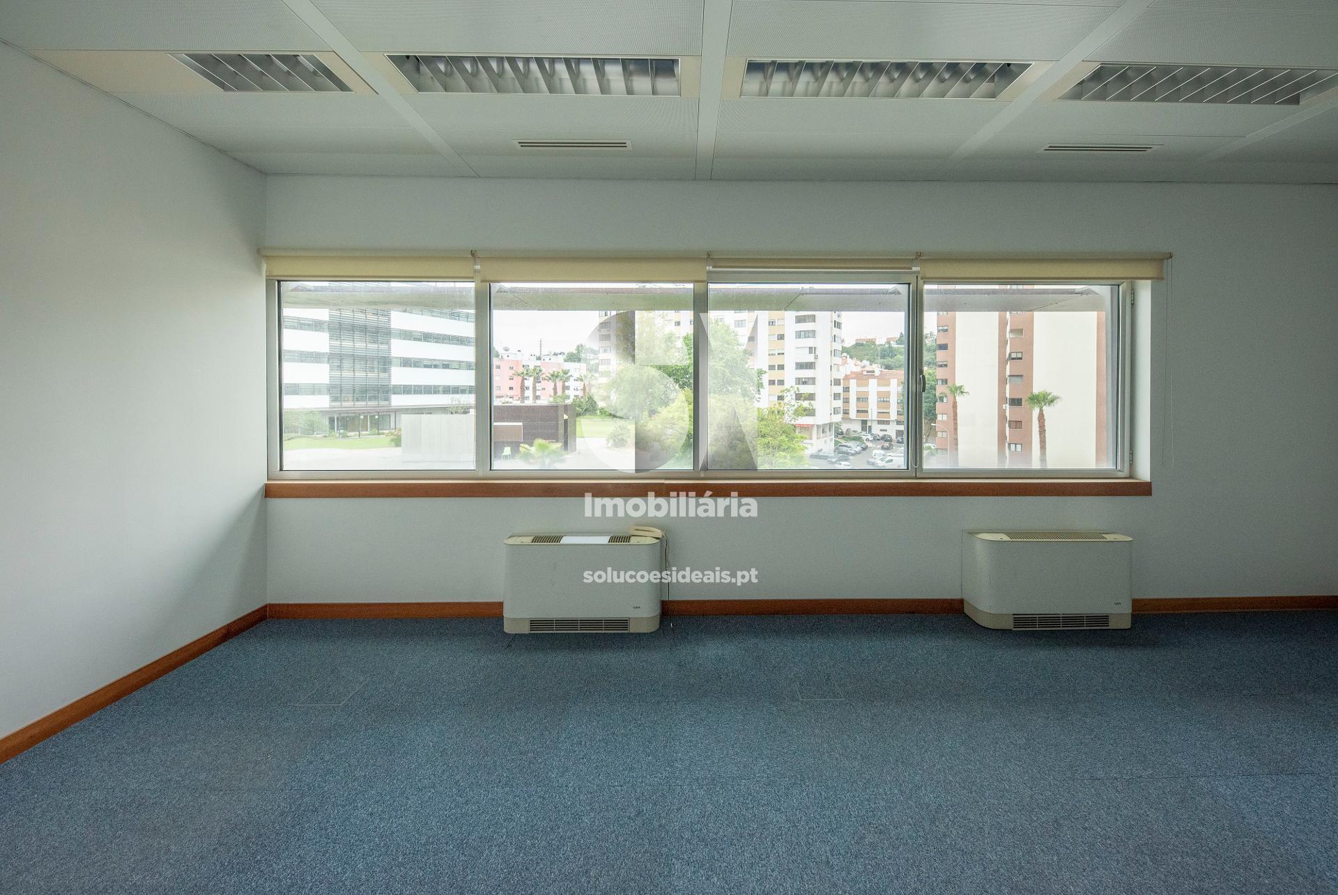 Escritório com janelas amplas